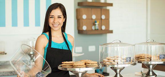 Vendeuse souriante proposant des gâteaux