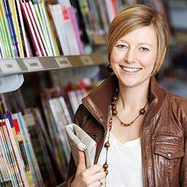 Femme dans un kiosque à journaux